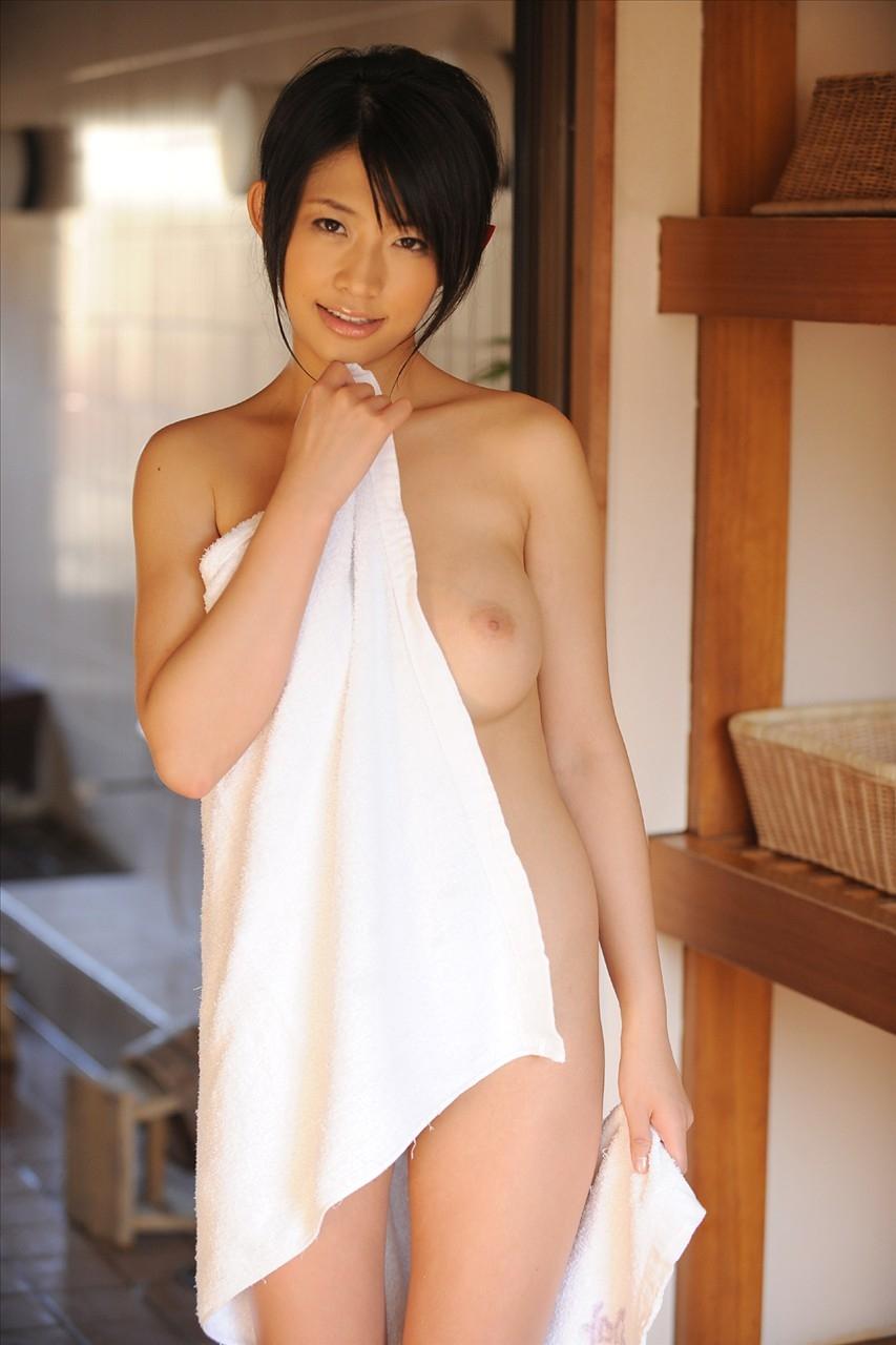 【バスタオル女エロ画像】風呂上りの火照った体はヤリ頃!今すぐ襲いたいバスタオル1枚姿の女子www 01