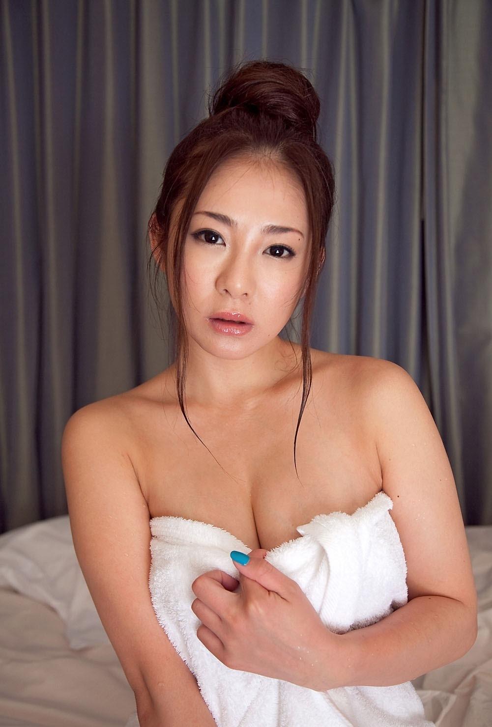 【バスタオル女エロ画像】風呂上りの火照った体はヤリ頃!今すぐ襲いたいバスタオル1枚姿の女子www 08