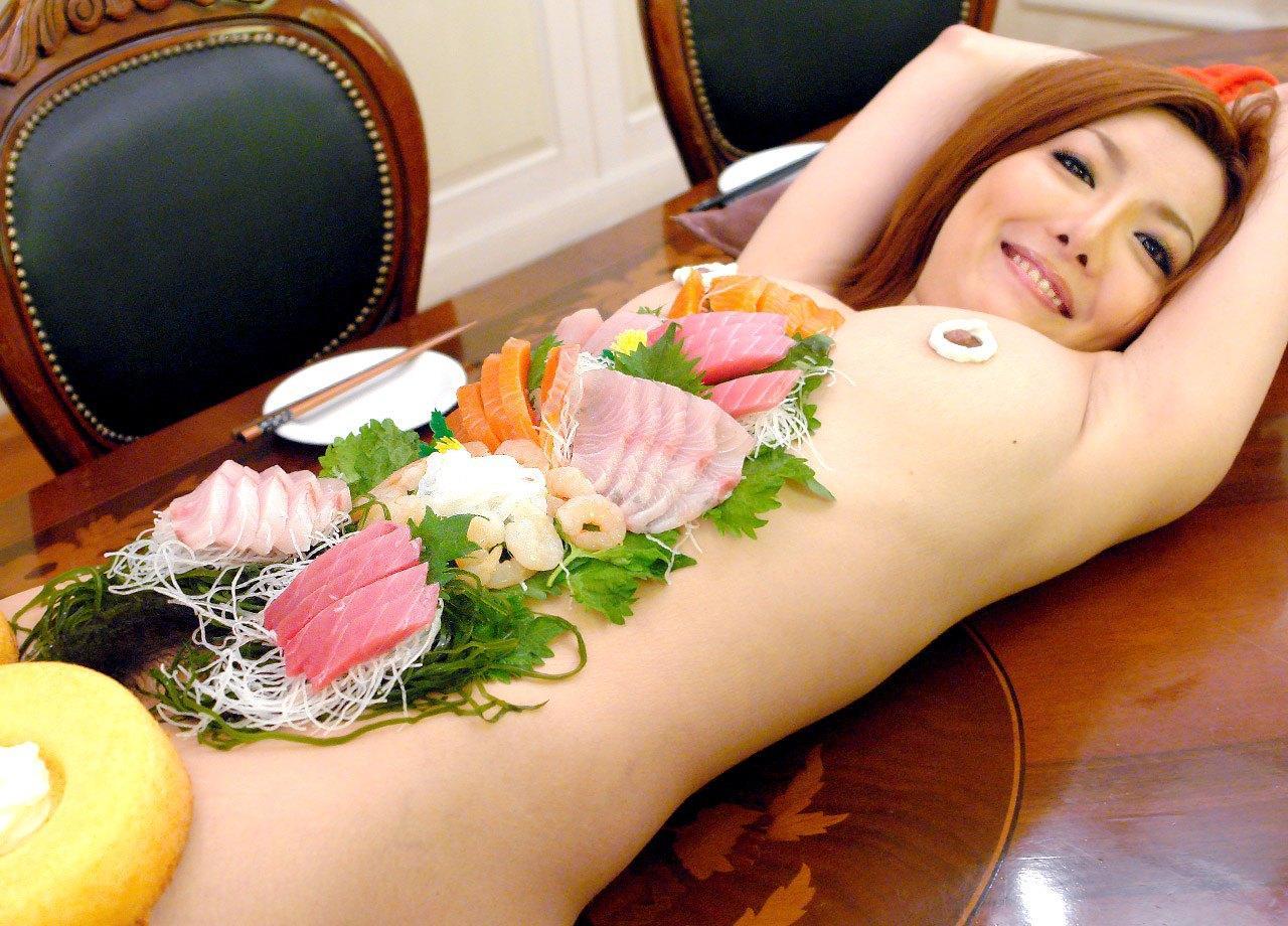 【羞恥エロ画像】富豪になったらできるかな…味は保証できない夢の女体盛りwww 05