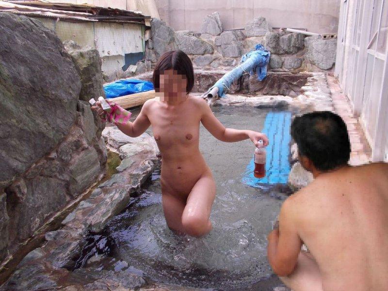 【露出エロ画像】露天風呂なら露出じゃないからw湯けむりの中で堂々と裸体披露する淑女たちwww 05