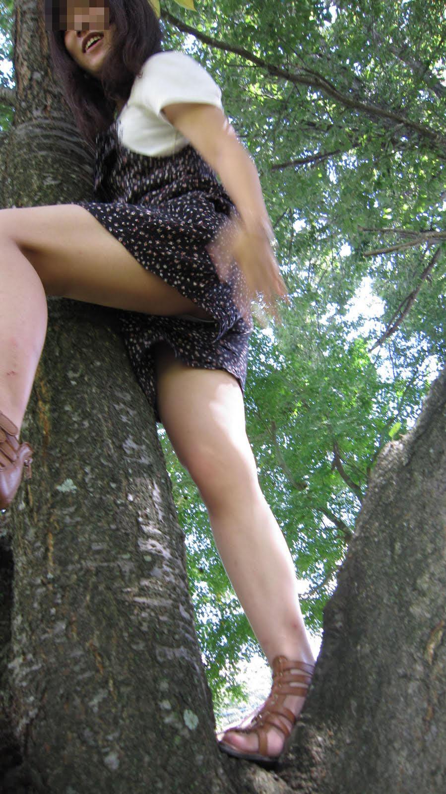 【パンチラ画像】ミニスカ違うからってパンチラしないワケじゃない!ショーパンの隙間は花園の予感www 05