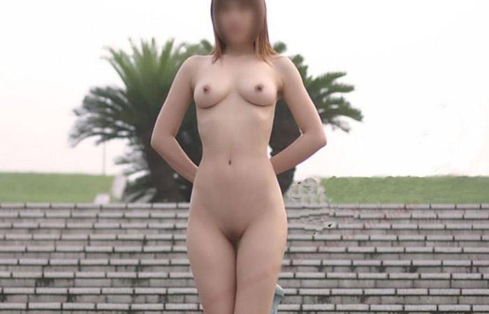 【露出エロ画像】お外なのに悠々と全裸なのは一体…懲りることを知らない露出マニアwww 001