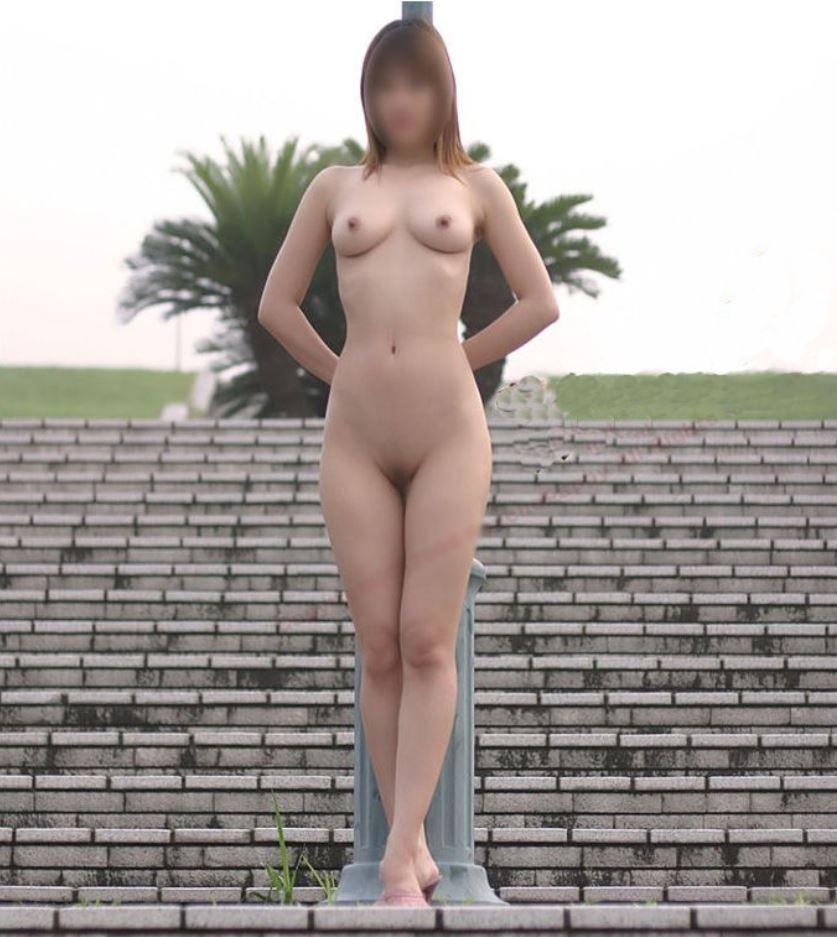 【露出エロ画像】お外なのに悠々と全裸なのは一体…懲りることを知らない露出マニアwww 10