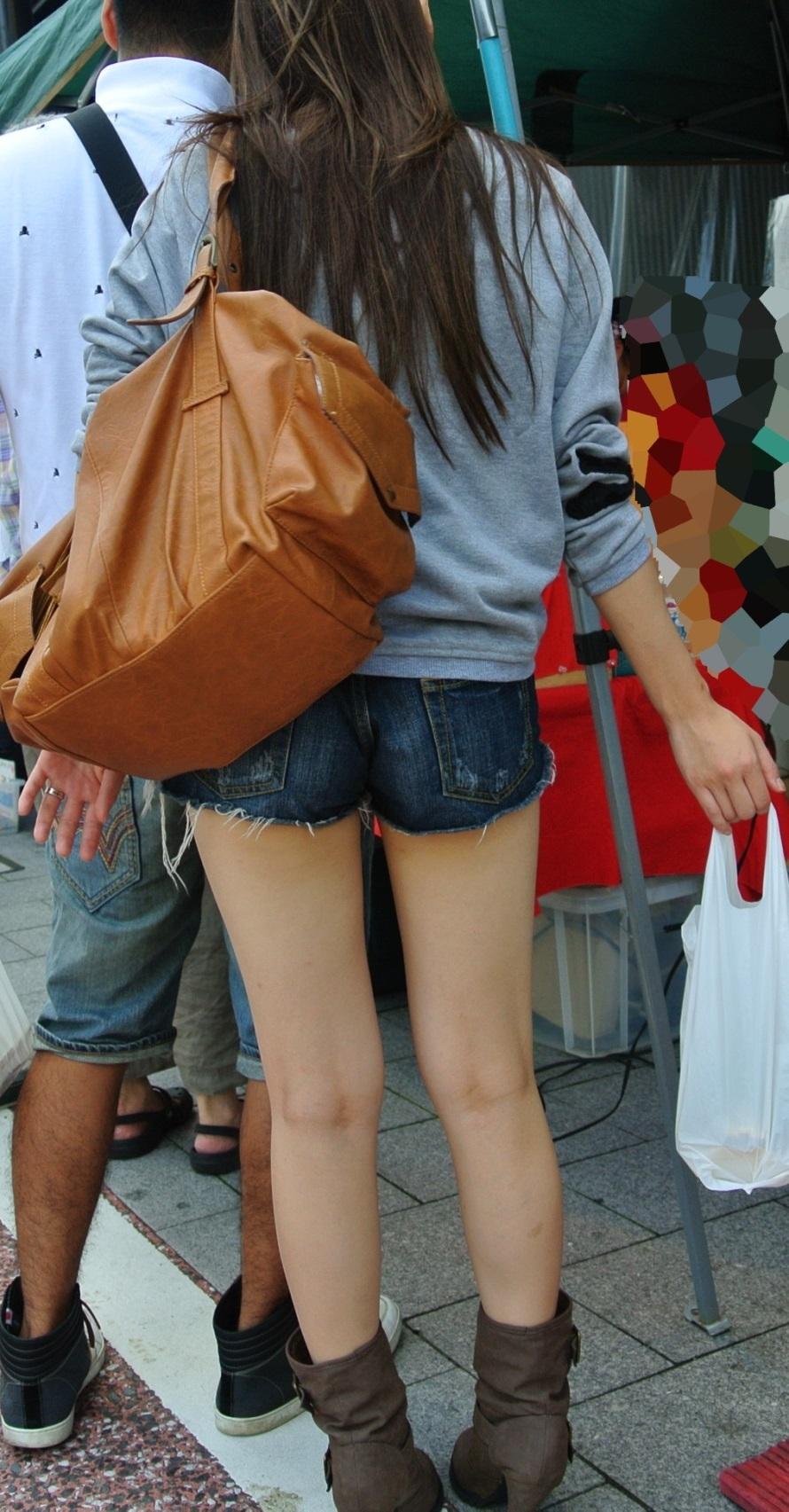 【ショーパンエロ画像】街中でもむしゃぶりついてみてぇ…太ももと尻肉を限界まで見せ付けるショーパン女子www 02