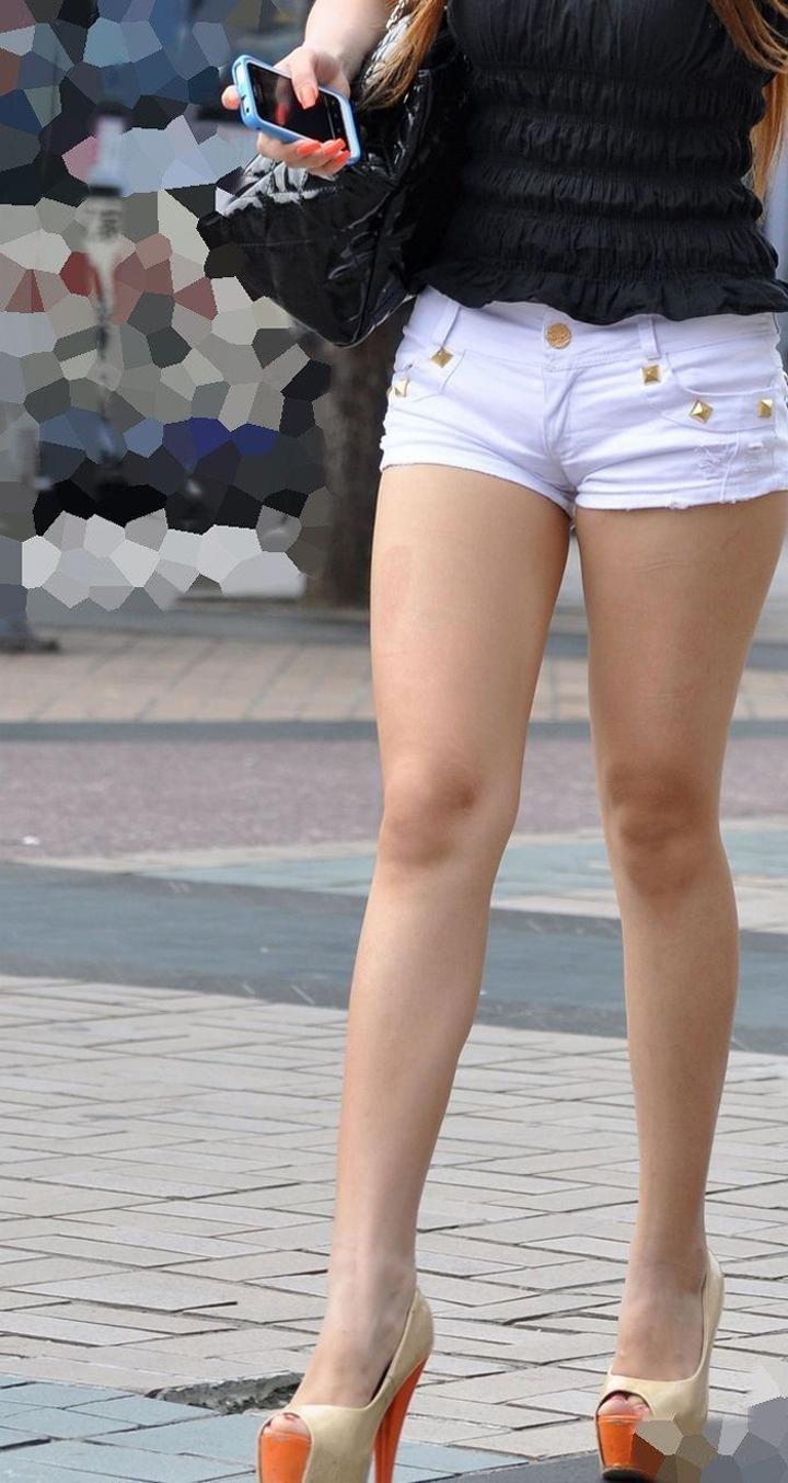 【ショーパンエロ画像】街中でもむしゃぶりついてみてぇ…太ももと尻肉を限界まで見せ付けるショーパン女子www 14
