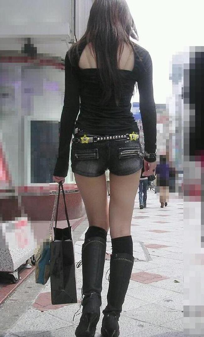 【ショーパンエロ画像】街中でもむしゃぶりついてみてぇ…太ももと尻肉を限界まで見せ付けるショーパン女子www 16
