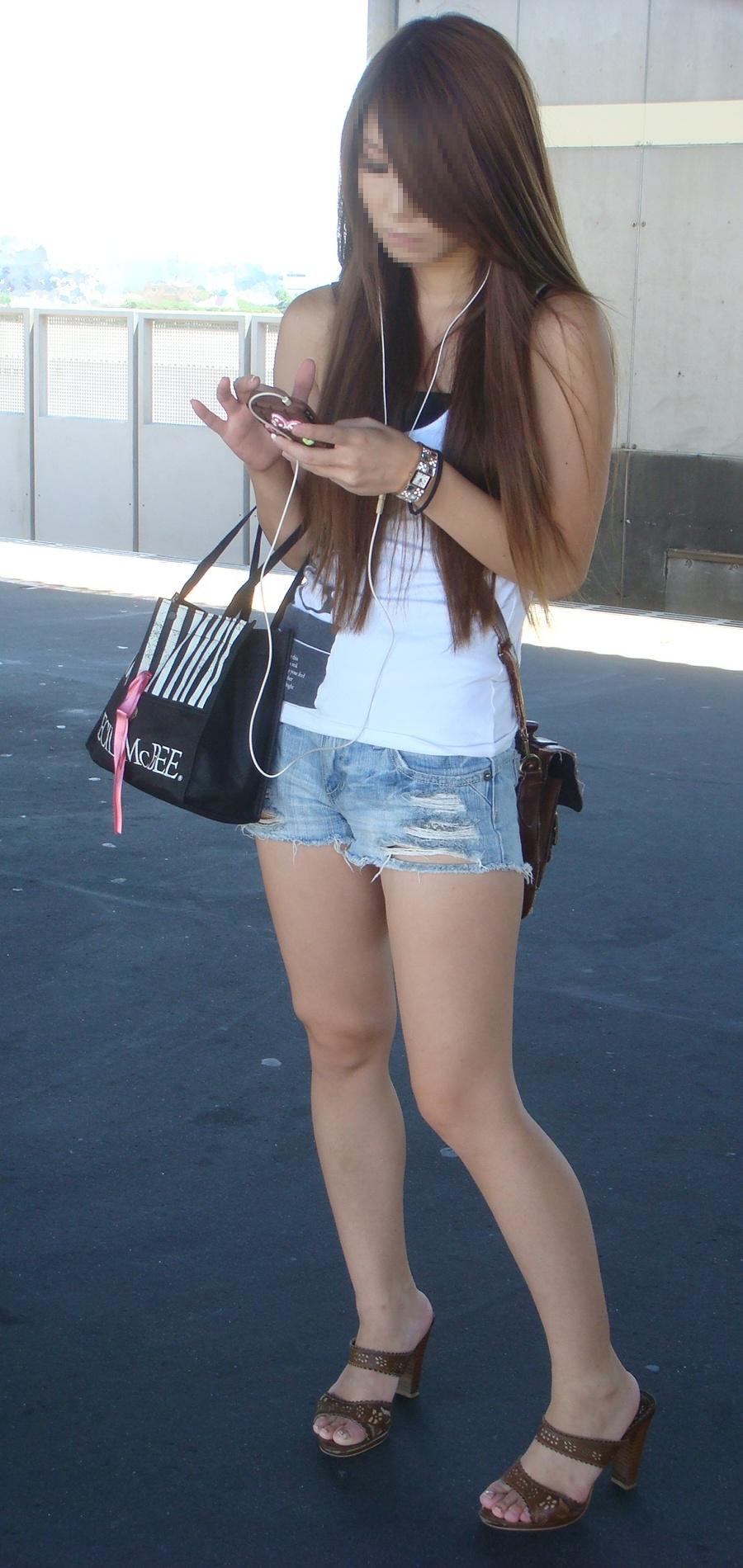 【ショーパンエロ画像】街中でもむしゃぶりついてみてぇ…太ももと尻肉を限界まで見せ付けるショーパン女子www 18