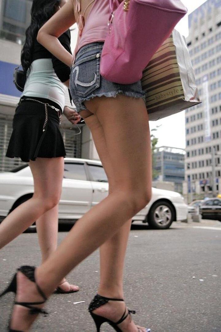 【ショーパンエロ画像】街中でもむしゃぶりついてみてぇ…太ももと尻肉を限界まで見せ付けるショーパン女子www 20