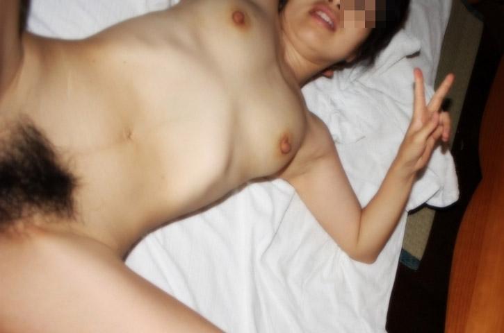【露出エロ画像】恥ずかしい格好撮られてるのに腹立つこの余裕www裸でピースする素人女たち 04