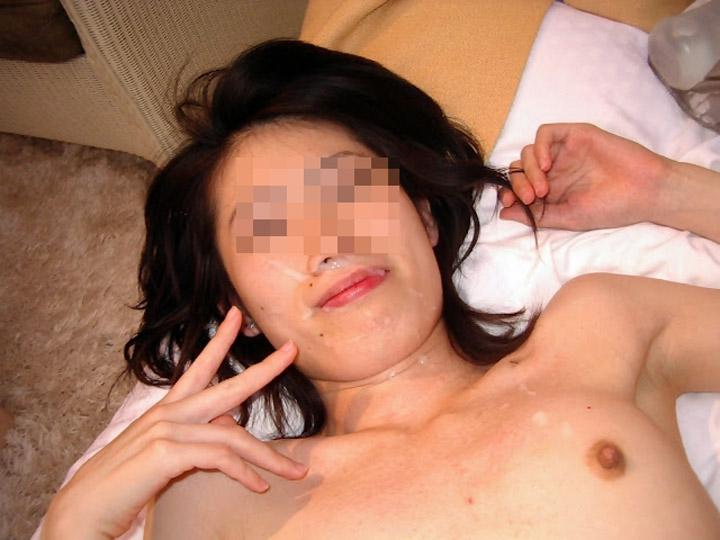 【露出エロ画像】恥ずかしい格好撮られてるのに腹立つこの余裕www裸でピースする素人女たち 13