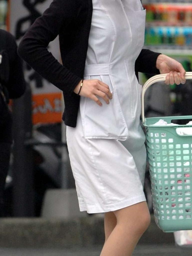 【働く女性エロ画像】上も下も透けるしチラ見えまで…ナースの白衣は割と無防備な件www 07