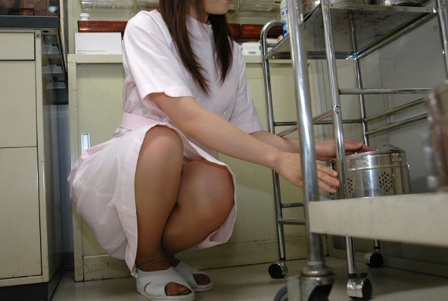 【働く女性エロ画像】上も下も透けるしチラ見えまで…ナースの白衣は割と無防備な件www 15
