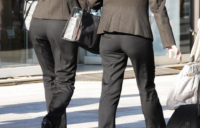 【街撮り尻エロ画像】プリケツ目立ちすぎw佇まいだけでえっちぃパンツスーツ姿の女子観察www 001