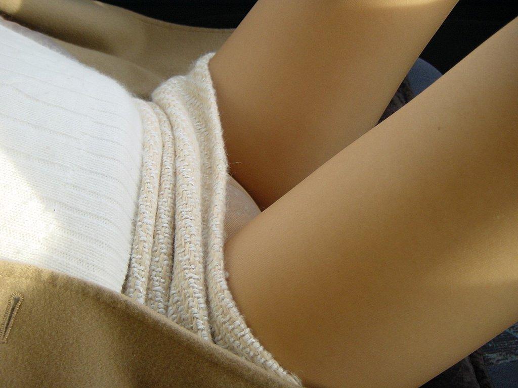 【美脚エロ画像】なんて綺麗な…見とれて脇見してしまいそうな隣の座席の妖艶美脚www 02