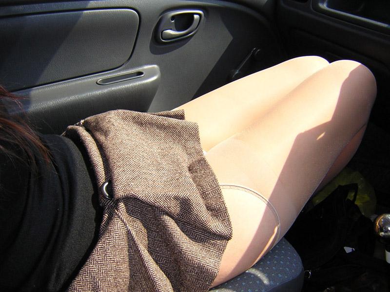 【美脚エロ画像】なんて綺麗な…見とれて脇見してしまいそうな隣の座席の妖艶美脚www 05