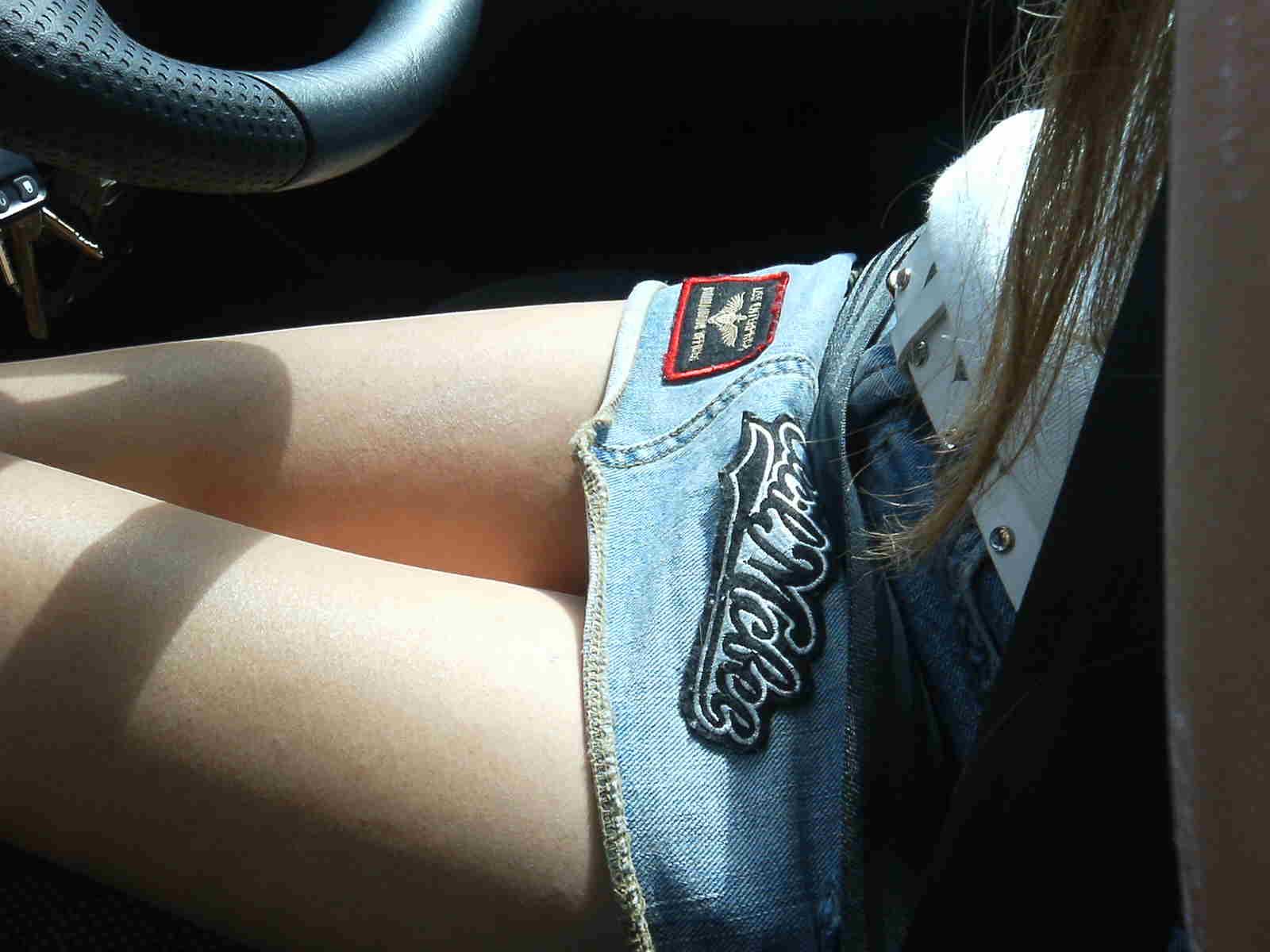 【美脚エロ画像】なんて綺麗な…見とれて脇見してしまいそうな隣の座席の妖艶美脚www 18