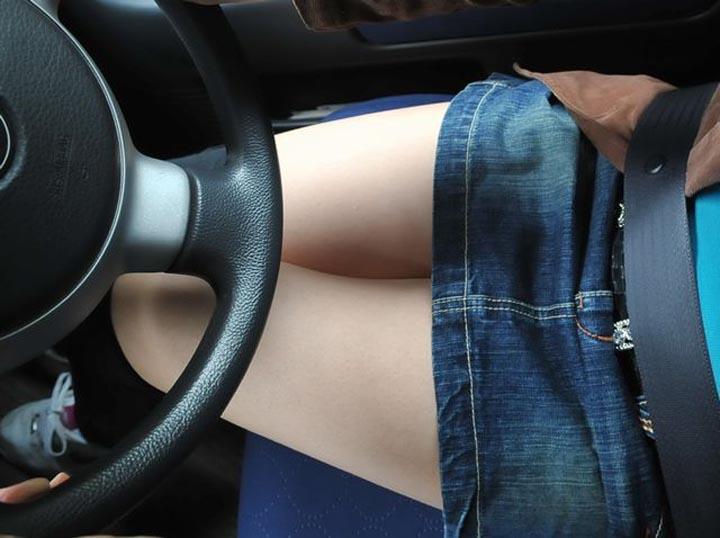 【美脚エロ画像】なんて綺麗な…見とれて脇見してしまいそうな隣の座席の妖艶美脚www 19