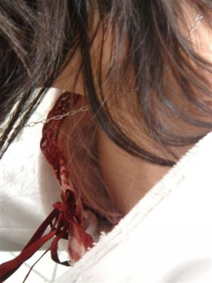 【胸チラエロ画像】よく見たら豆状のアレも…見えすぎて困っちゃう胸チラ女子www 08