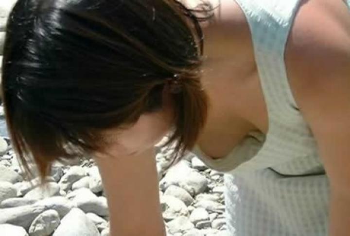 【胸チラエロ画像】よく見たら豆状のアレも…見えすぎて困っちゃう胸チラ女子www 12