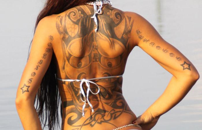 【海外エロ画像】初見で「ひっ…」と確実に漏らすw厳ついタトゥー入れた外人美女www 001