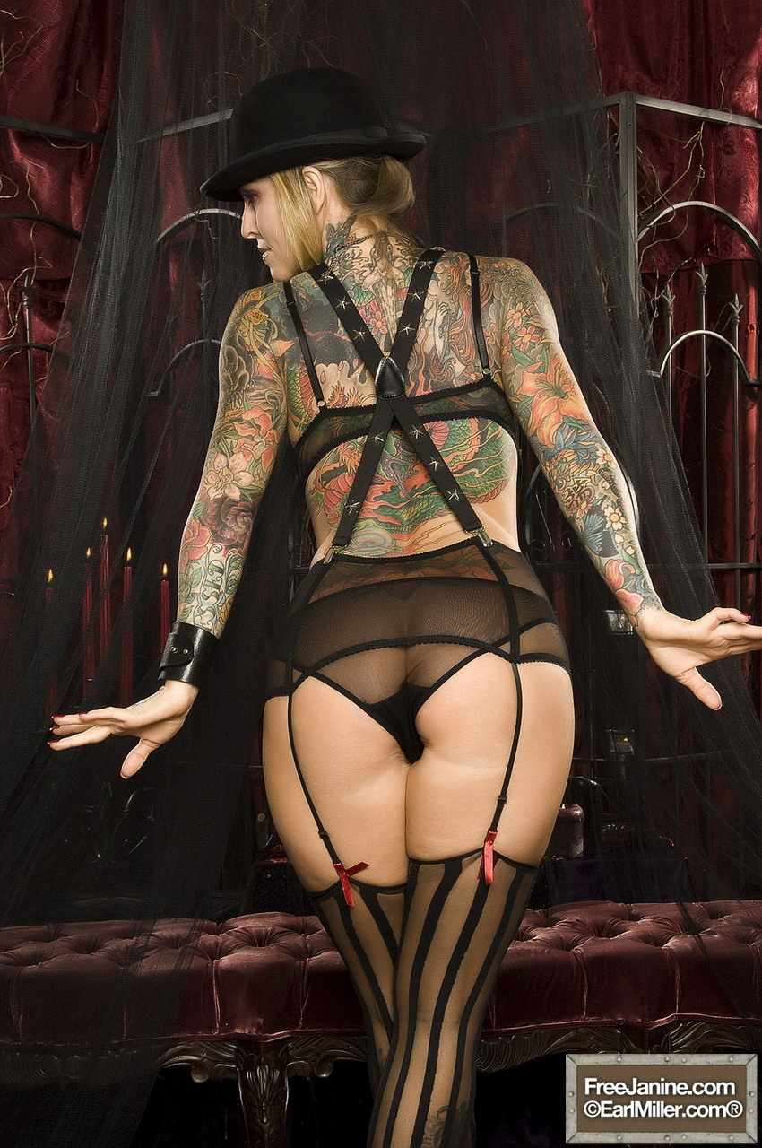 【海外エロ画像】初見で「ひっ…」と確実に漏らすw厳ついタトゥー入れた外人美女www 02