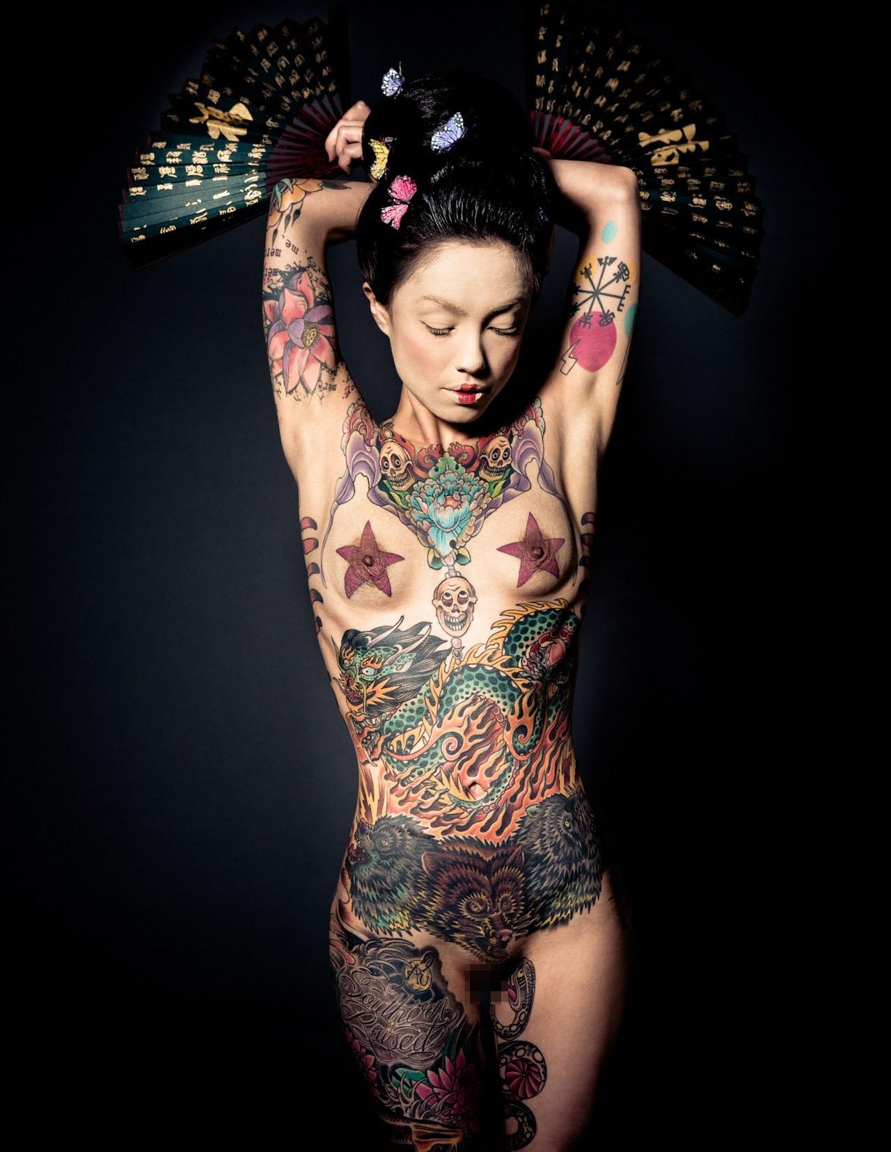 【海外エロ画像】初見で「ひっ…」と確実に漏らすw厳ついタトゥー入れた外人美女www 10
