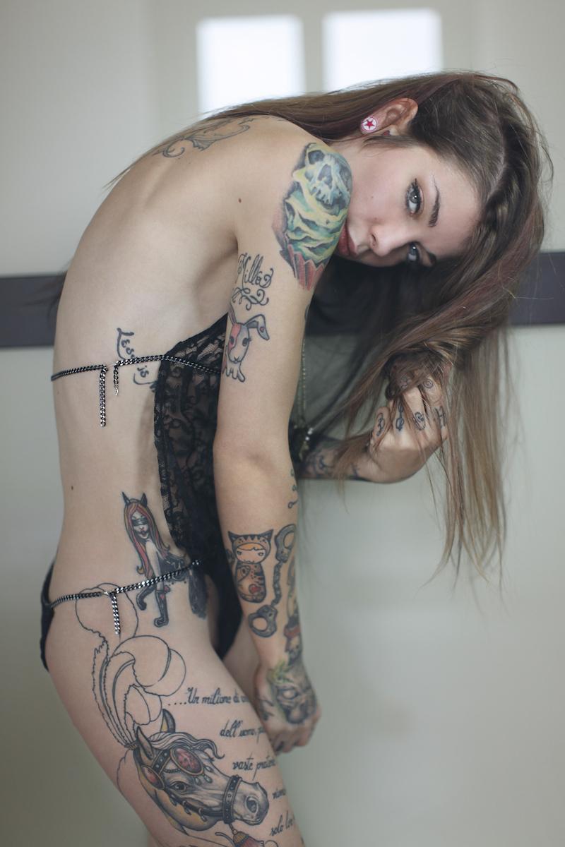 【海外エロ画像】初見で「ひっ…」と確実に漏らすw厳ついタトゥー入れた外人美女www 12