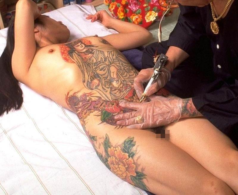 【海外エロ画像】初見で「ひっ…」と確実に漏らすw厳ついタトゥー入れた外人美女www 20