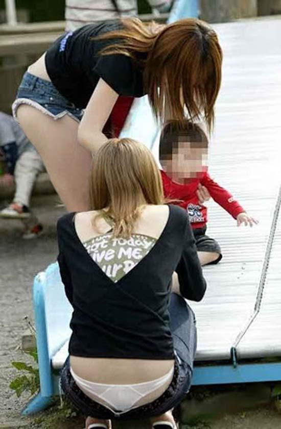 【ローライズエロ画像】やっすい半ケツw腰まで下げたローライズ女子は下着も尻も閲覧自由www 08