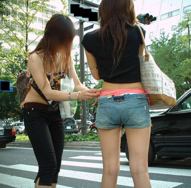 【ローライズエロ画像】やっすい半ケツw腰まで下げたローライズ女子は下着も尻も閲覧自由www 15