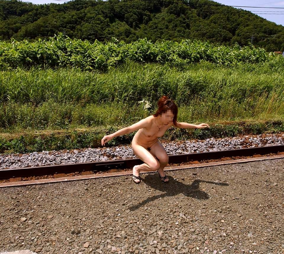 【露出エロ画像】何回目のプレイで至ったのでしょう?野外で全裸を晒す露出レベル黒帯級の方々www 06