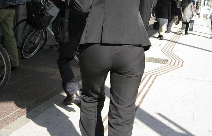 【働く女性エロ画像】パンツ透けてるプリ尻!着るだけでエロい存在のパンツスーツOLwww 001