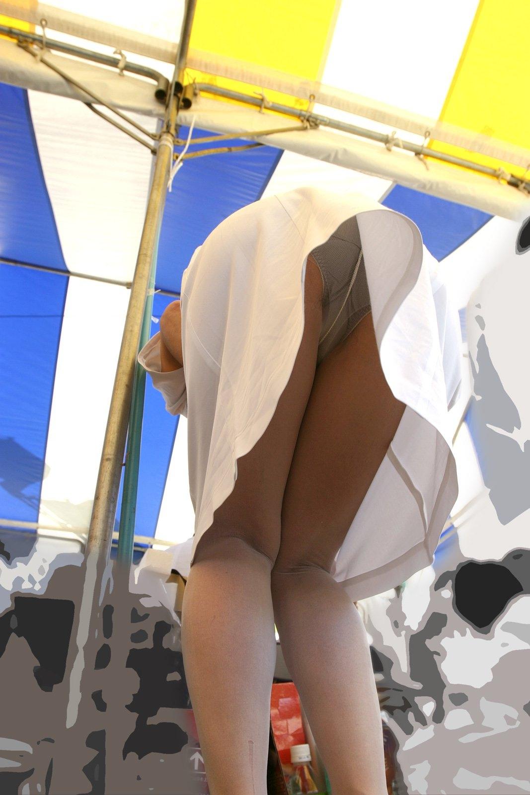 【パンチラエロ画像】わざとだったら遠慮なく見させて貰おうミニスカ前屈みパンチラwww 14
