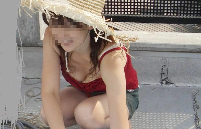 【ママチラエロ画像】緩くてイイ感じに熟れていて…覗き放題なママさん達の胸元チラリwww 001