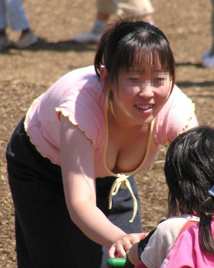 【ママチラエロ画像】緩くてイイ感じに熟れていて…覗き放題なママさん達の胸元チラリwww 06