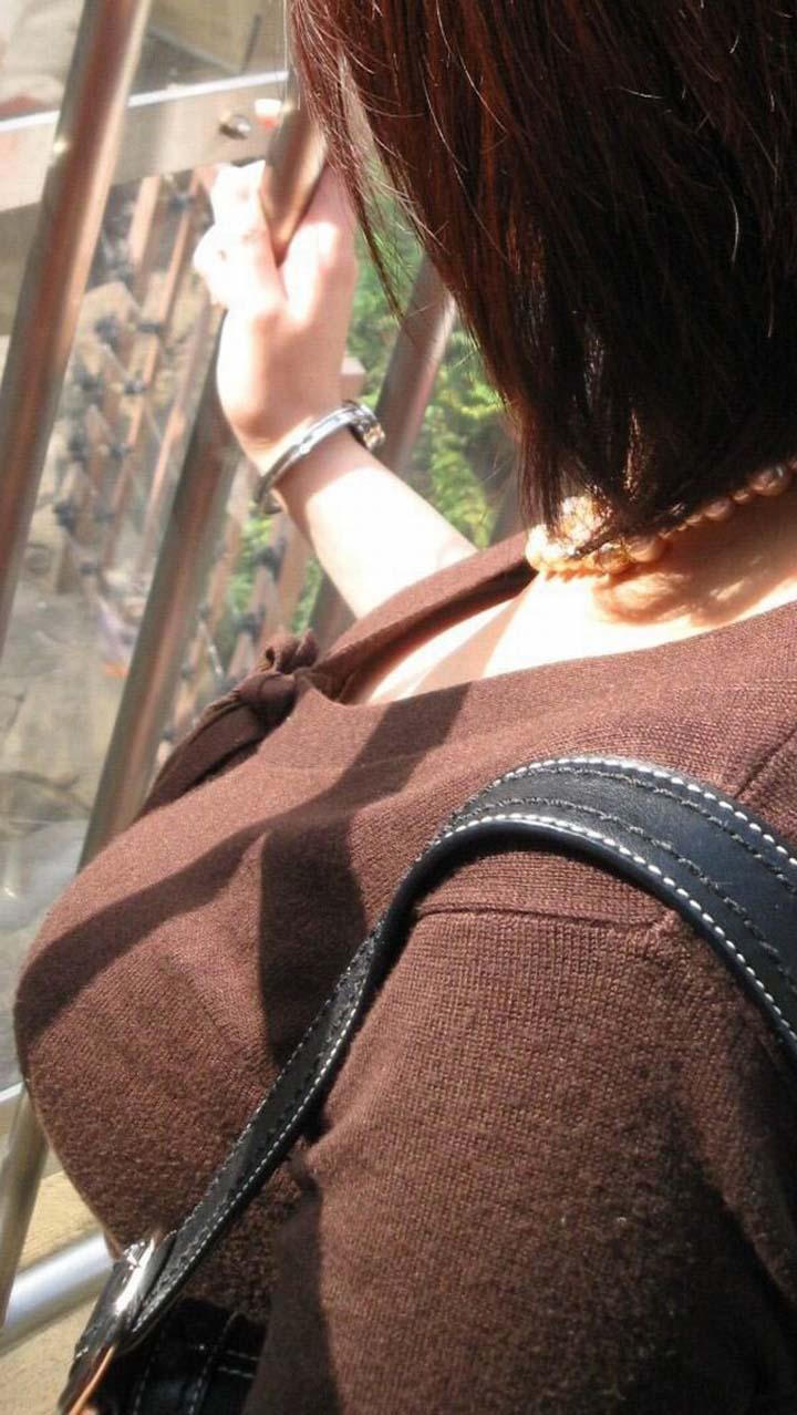 【着衣巨乳エロ画像】こんなに目立たせて誰に触らせるんだ…視線を奪う街角の着衣巨乳たちwww 10