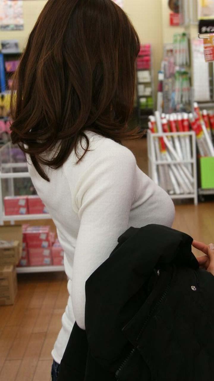 【着衣巨乳エロ画像】こんなに目立たせて誰に触らせるんだ…視線を奪う街角の着衣巨乳たちwww 13