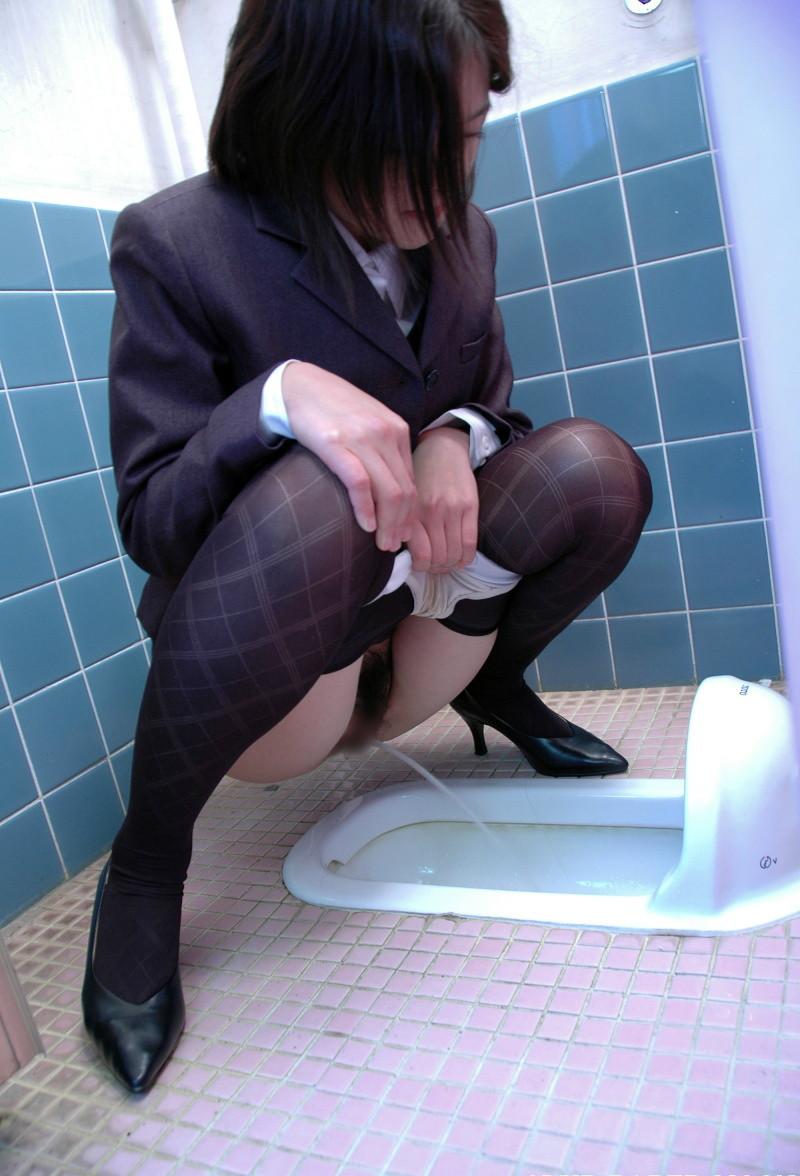 【放尿エロ画像】裸より恥ずかしいという女の放尿に敢えて立ち会い恥の上乗せwww 01