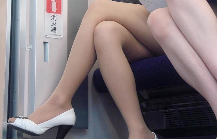 【美脚エロ画像】電車に乗ってこんなに美脚お姉様揃いなら席取れなくても不満ナシ!www 001
