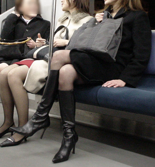 【美脚エロ画像】電車に乗ってこんなに美脚お姉様揃いなら席取れなくても不満ナシ!www 02