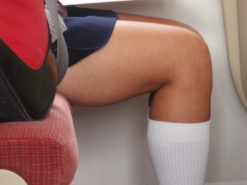 【美脚エロ画像】電車に乗ってこんなに美脚お姉様揃いなら席取れなくても不満ナシ!www 04