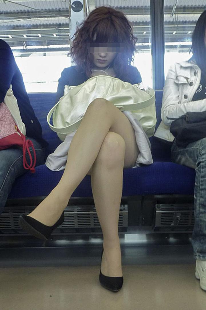 【美脚エロ画像】電車に乗ってこんなに美脚お姉様揃いなら席取れなくても不満ナシ!www 05
