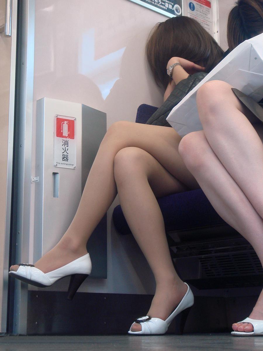 【美脚エロ画像】電車に乗ってこんなに美脚お姉様揃いなら席取れなくても不満ナシ!www 08