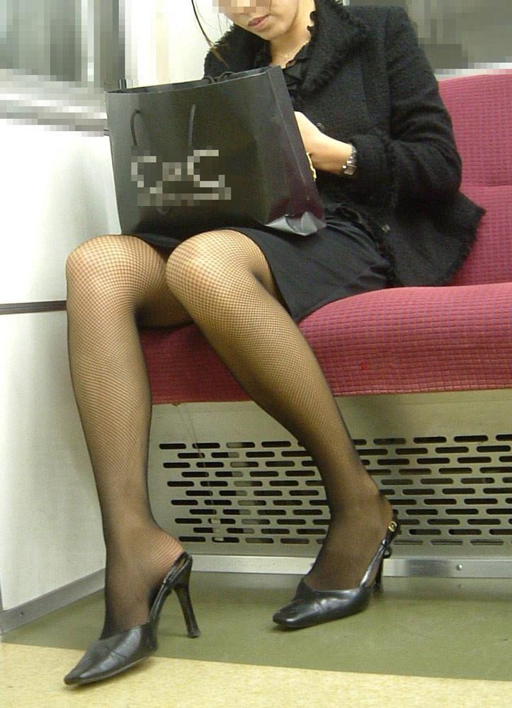 【美脚エロ画像】電車に乗ってこんなに美脚お姉様揃いなら席取れなくても不満ナシ!www 09