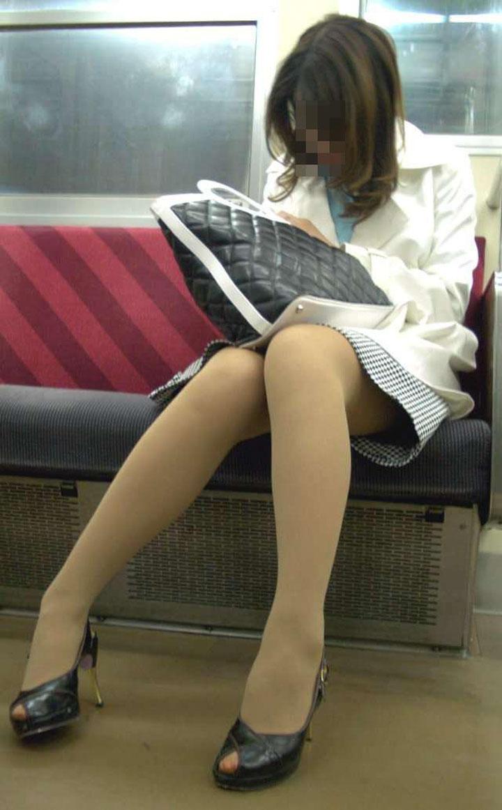 【美脚エロ画像】電車に乗ってこんなに美脚お姉様揃いなら席取れなくても不満ナシ!www 10
