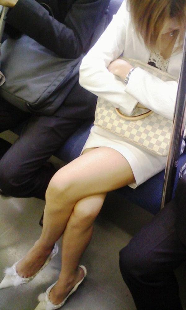 【美脚エロ画像】電車に乗ってこんなに美脚お姉様揃いなら席取れなくても不満ナシ!www 11