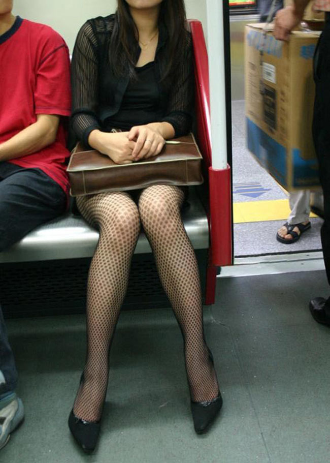 【美脚エロ画像】電車に乗ってこんなに美脚お姉様揃いなら席取れなくても不満ナシ!www 12