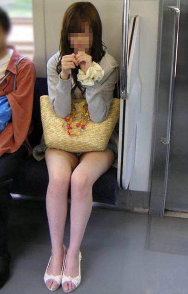 【美脚エロ画像】電車に乗ってこんなに美脚お姉様揃いなら席取れなくても不満ナシ!www 13