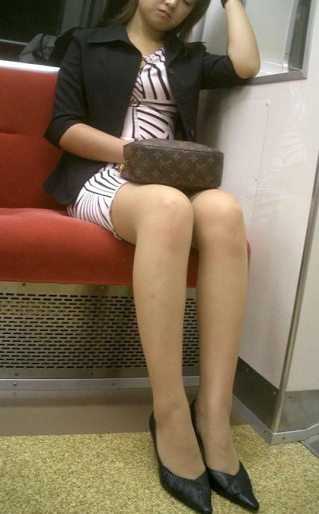 【美脚エロ画像】電車に乗ってこんなに美脚お姉様揃いなら席取れなくても不満ナシ!www 14