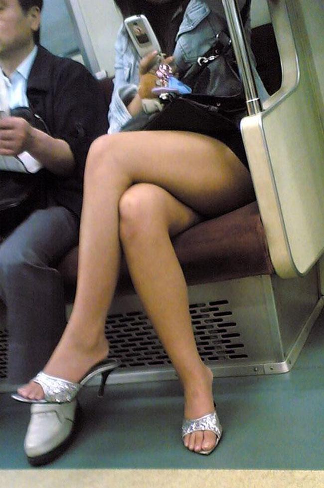 【美脚エロ画像】電車に乗ってこんなに美脚お姉様揃いなら席取れなくても不満ナシ!www 15